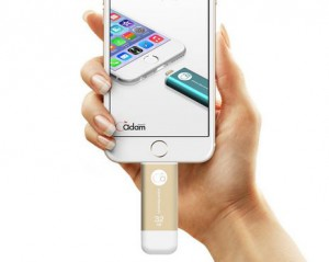 Adam Elements iKlips iPhone Speicherstick gold am iPhone