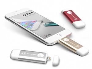 iPhone 6 mit angeschlossenem, externen Speicherstick. Zwei weitere Speichersticks liegen daneben.