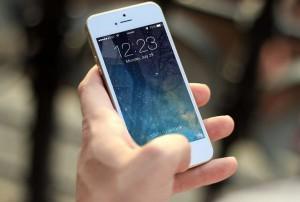 iPhone weiß in der Hand - iPhone Speicherplatz erweitern mit WLAN Kartenleser